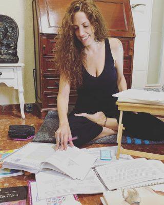 Debo hacer, debería hacer, tengo que hacer, voy a intentar hacer…. Frases a desterrar de nuestro lenguaje y mentalidad.  La fuerza motriz de nuestra conducta ha de salir de dentro, no de fuera…. Por eso meditamos para romper hábitos, purificar la mente y tener capacidad de respuesta.  Ligero de equipaje 🙏🏻  Abrazos🙏🏻🌻🦋🌅   #yogaonline #yogaterapeutico #kundaliniyogateacher #yogacontigo #bhakti