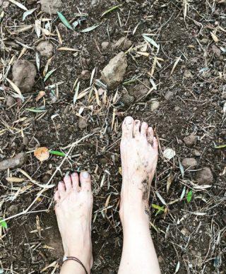Hay personas que dejan huella cuando caminan con los pies descalzos🤍🌱 #yogacontigo #yogaonline #kundaliniyoga #corazón #viniyoga #martayoga #amor #calma, #encuentralapaz #sentir #vivir #viajar #energia #fuerza #vida #emociones #sueños #creatividad #cambiatuvida #transformacion #comunidad #viajar #crecimientopersonal #motivated #vidasana #vidaabundante #yogatime #gong #sonido #vibration